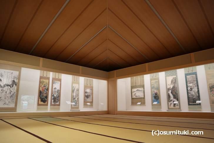 二階の大広間には掛け軸や屏風やたくさんありました(嵯峨嵐山文華館)