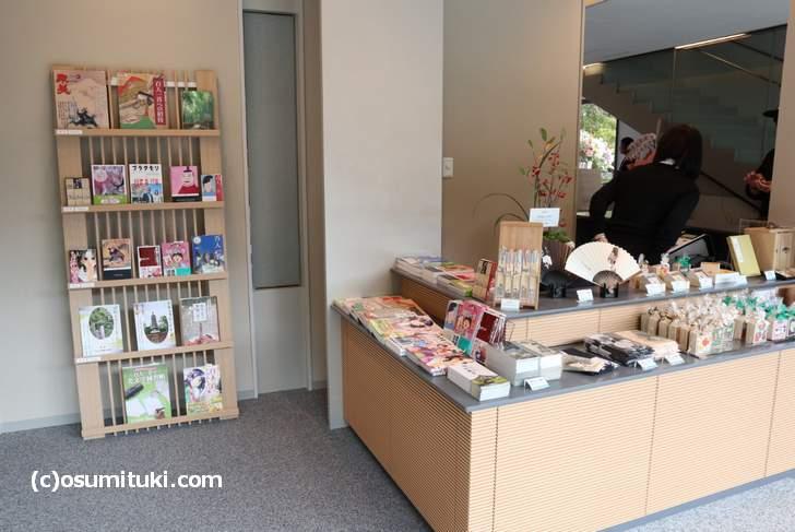 一階の売店では百人一首や関連書籍が販売されています(嵯峨嵐山文華館)