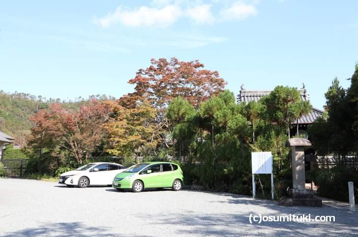 京都でも紅葉が早い鷹峯・源光庵の山門横にある紅葉(2018年10月17日撮影)