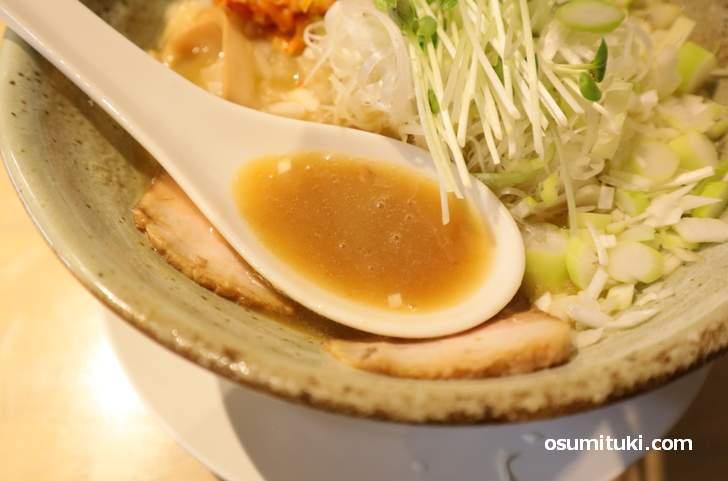 スープは香味野菜をベースに鶏ガラと豚骨のトリプル合わせスープ(平成生まれ麺育ち)