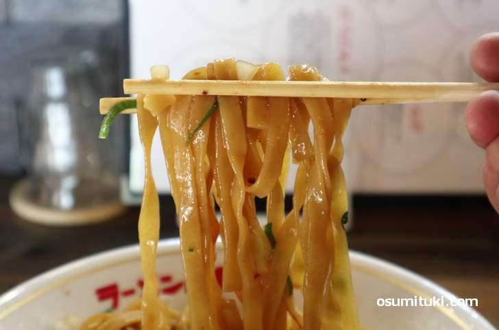 名古屋コーチンの鶏油とモチモチ太麺でいただきます(名古屋コーチン鶏油そば)