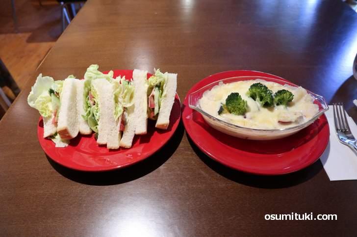 季節のグラタン、レタスサンドイッチ、デザート付き(片通無理カフェ)