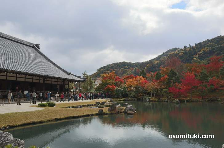 天龍寺の本堂の前の曹源池から借景庭園の紅葉が見られます(2018年11月14日)