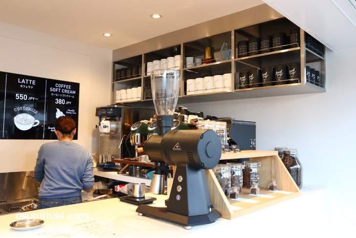スタンド形式で、店内カウンターでもコーヒーをいただくことができます