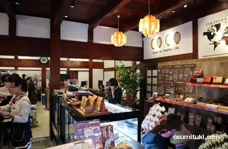 広い店内は工房とカフェスペースもあります(COCO KYOTO)
