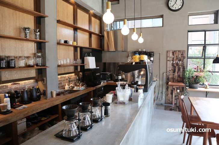 オールディーズ流れる洒落た店内のカフェ「SCHOOL BUS KYOTO」