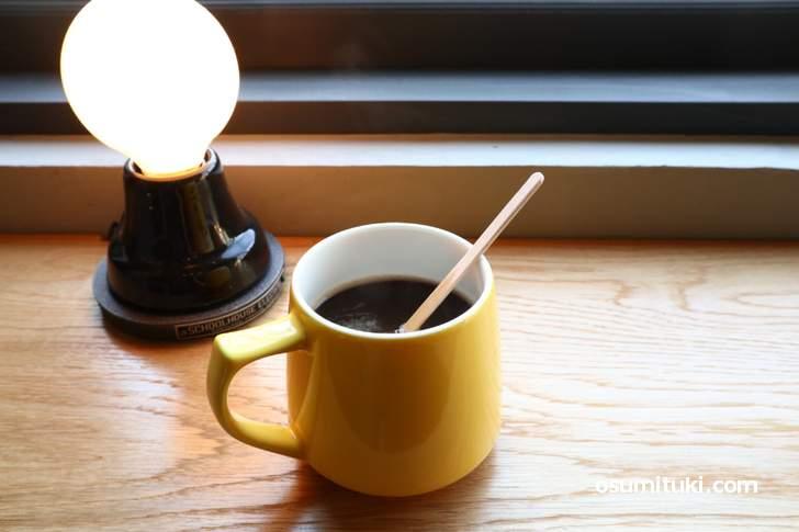 オールディーズ流れる店内でいただくコーヒー(SCHOOL BUS)