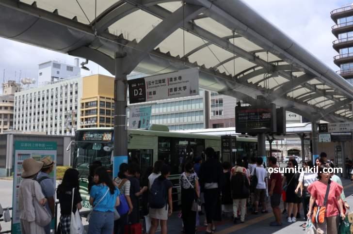 観光シーズン時、京都駅前はバスを待つ行列ができます