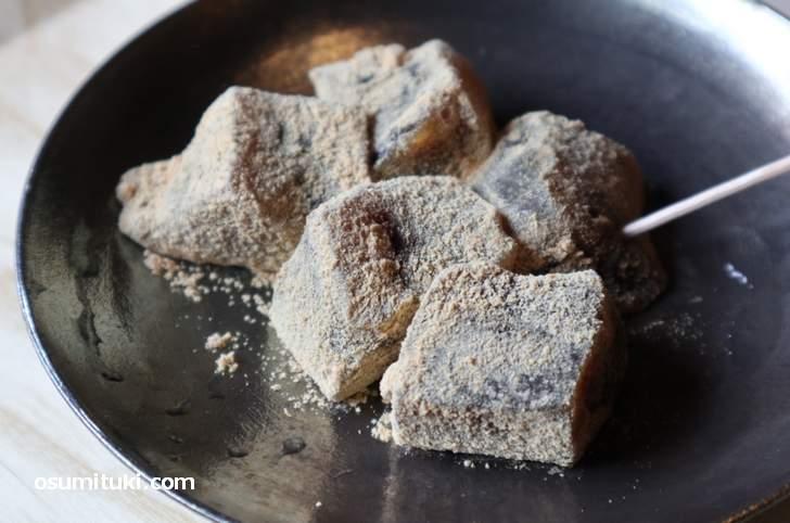 黒糖が甘く香ばしい絶品の「わらび餅」