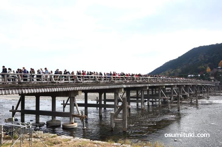 渡る前に行列、立ち止まって紅葉写真も撮れない渡月橋(2018年11月25日)