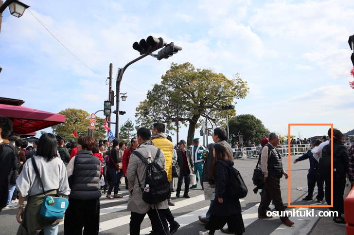 渡月橋は警官が警備する大混雑(2018年11月25日)