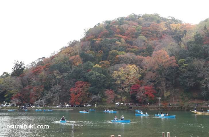 普段は嵐山のボートに乗る観光客も少ないですがピーク時は多いです(2018年11月25日)