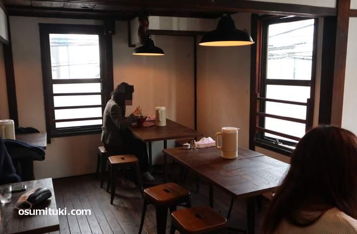 二階はテーブル席で4名テーブルが5卓ほど(祇園麺処むらじ 室町店)