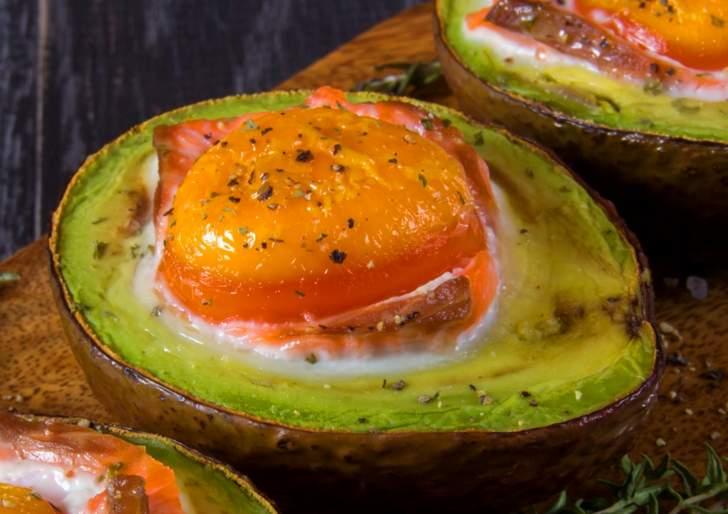 アボカドの料理「エッグボード」
