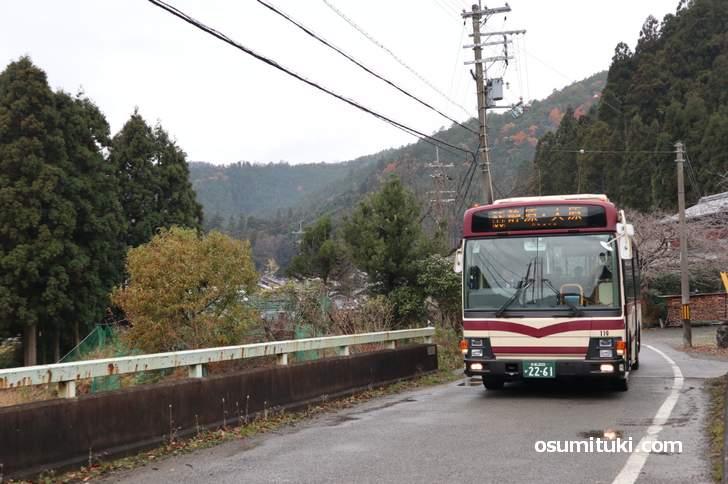 静原の集落を走る「京都バス55系統」