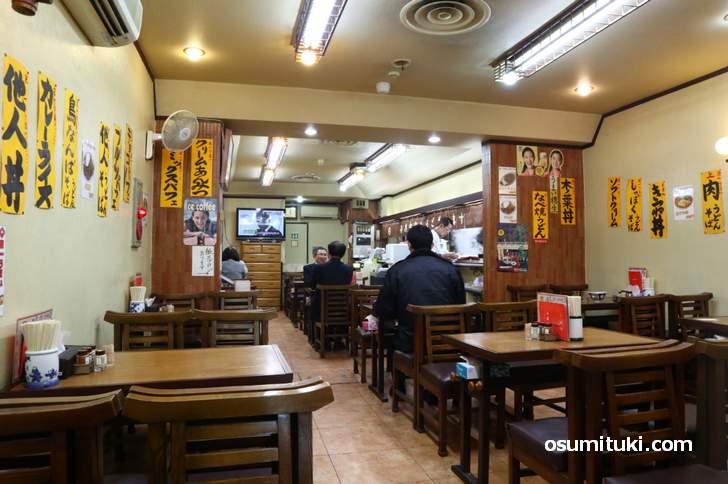 昔ながらの大衆食堂「京一本店」の店内
