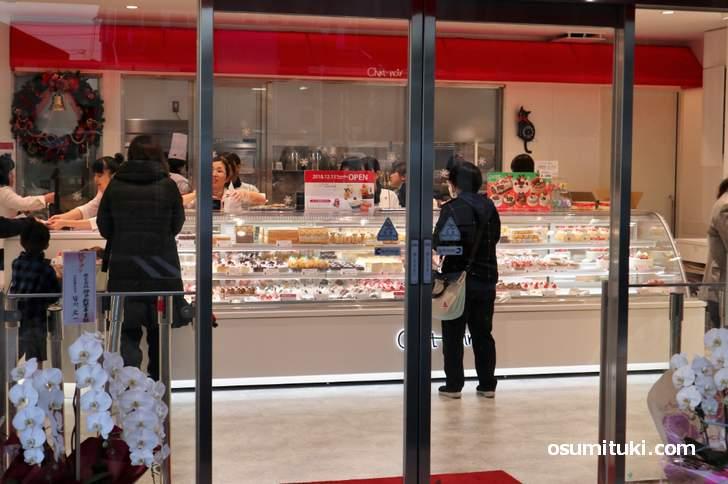 シャノワール松井山手店、広めの店内には大きなショーケースがあります