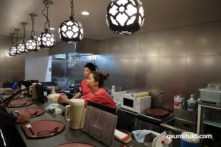 カウンターのみ立ち食いのラーメン店です(祇園麺処むらじ 先斗町店)