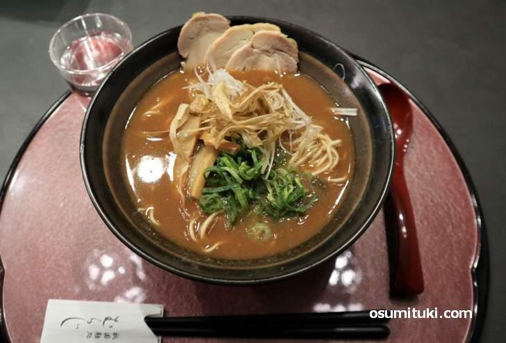 鶏白湯 醤油ラーメン(830円)は鶏のコクのあるスープです