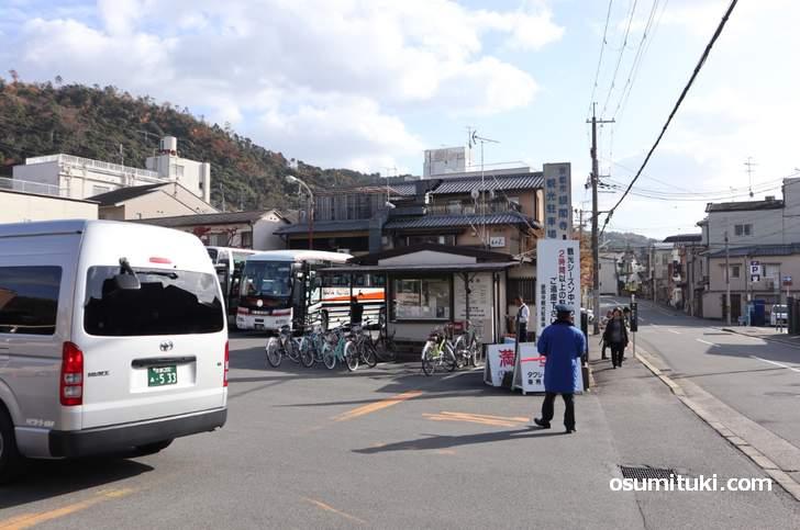 銀閣寺の市営駐車場(駐輪場)のすぐ近くです