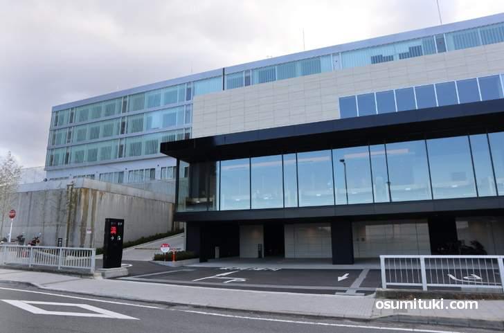 表玄関から見るとホテル併設のスパとフィットネスクラブがある建物です