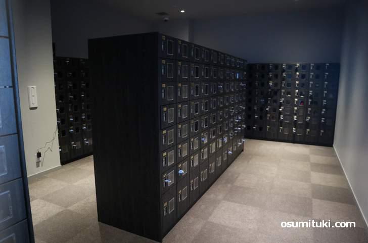 下駄箱ロッカー、鍵がバーコードになっており「入退場」に必要です
