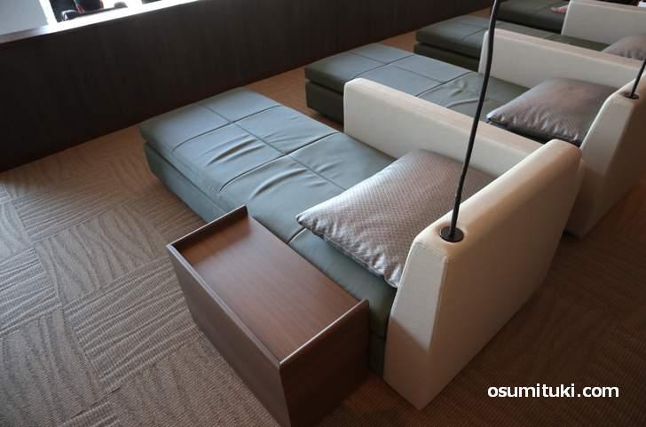 リクライナールームのシートは3種類あり、テレビが付いているシートもありました