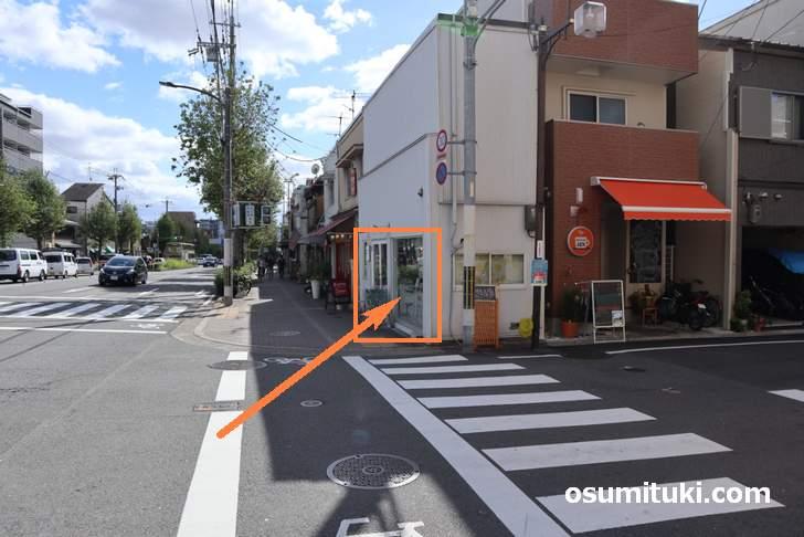 西大路通を円町から北へ、妙心寺道の角にあるのがケーキ店「chocolat」