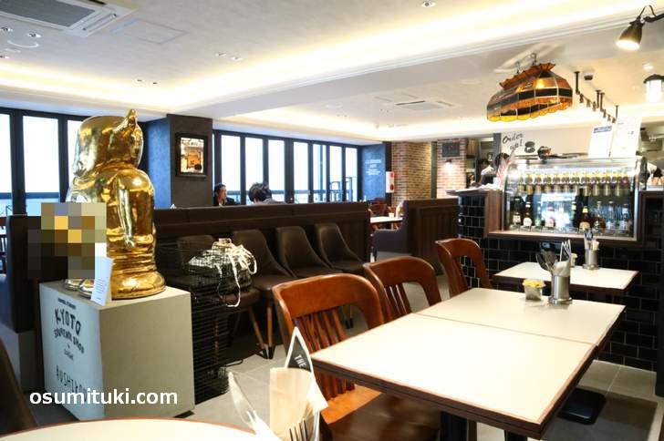 店内も広く快適、ハンバーガーやホットドックがメインのカフェです(J.S.BURGERS CAFE)