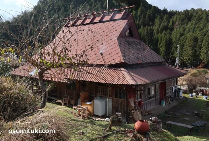 茅葺き(かやぶき)の屋根だった古民家を使った農家民宿が「Banja」さん