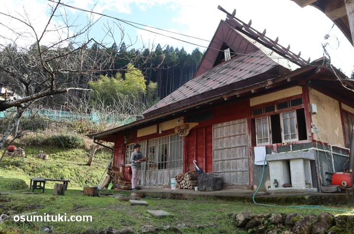 奥様が薪を運んでおられたので、お願いして撮影させていただきました(農家民宿Banja)