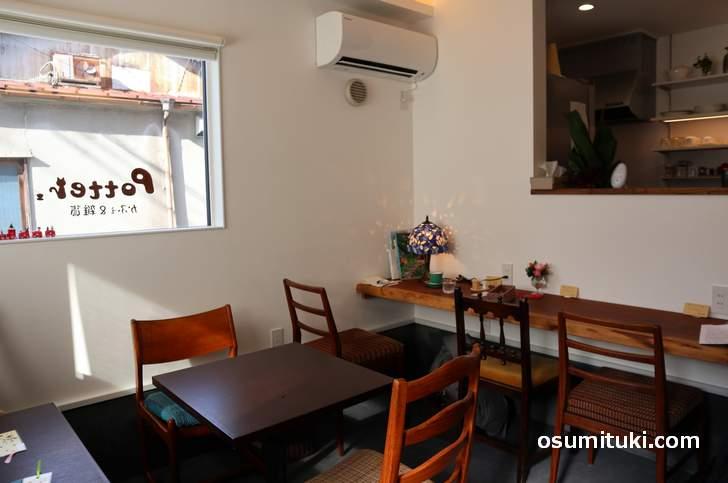 カフェはカウンターと二名席が2組ありました(かふぇ&雑貨 Potter.)