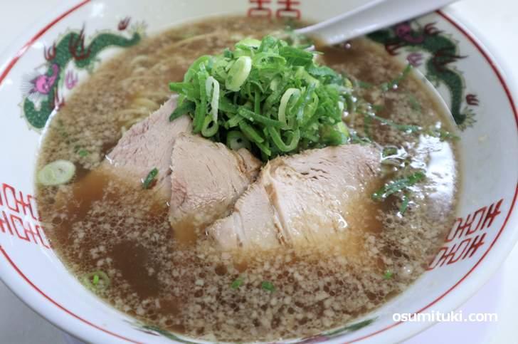 昔ながらの第一旭は醤油ダレは薄口で、出汁の豚骨風味を味わうものです