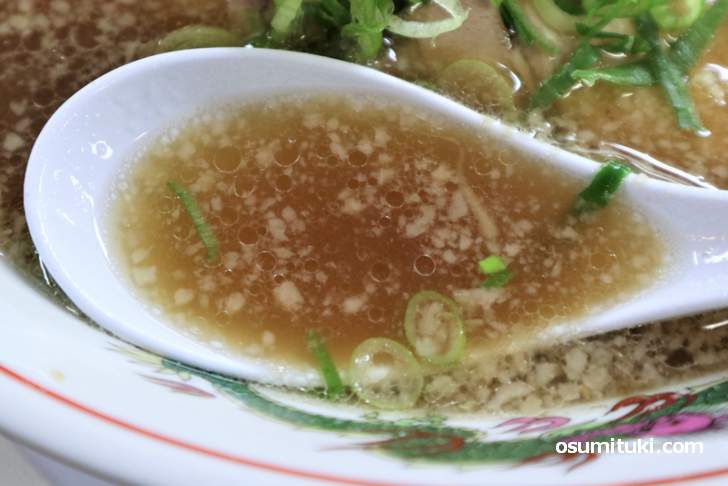 スープは豚骨の風味が強く、薄口醤油でほんのり香りと酸味が付いた程度