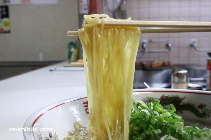麺は熟成された中細ストレート麺