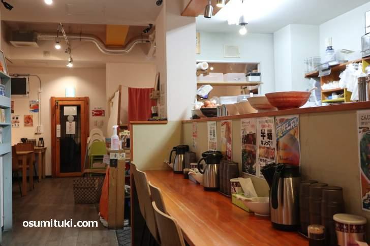 店内はカウンターとテーブル席で広いお店です