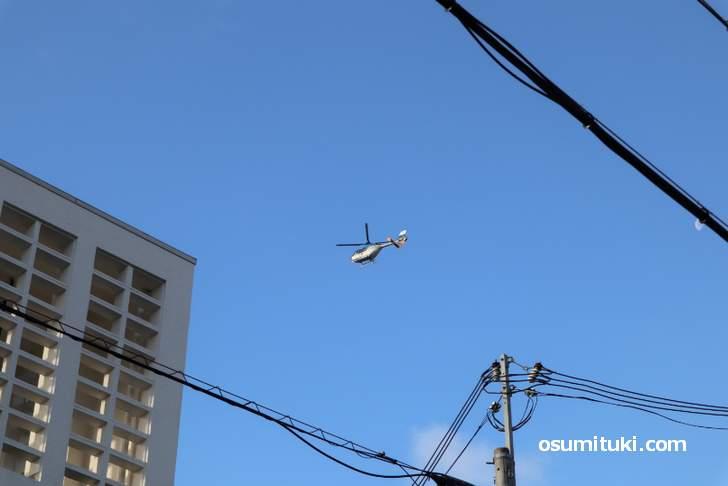 金閣寺上空を飛ぶ空撮ヘリコプター(2018年12月28日朝)