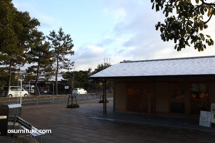 京都・金閣寺前の土産物店の屋根に雪(2018年12月28日朝)