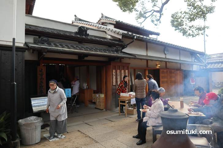 大阪市東住吉区「紫金山 法楽寺」で行われた「田辺大根炊き」の風景