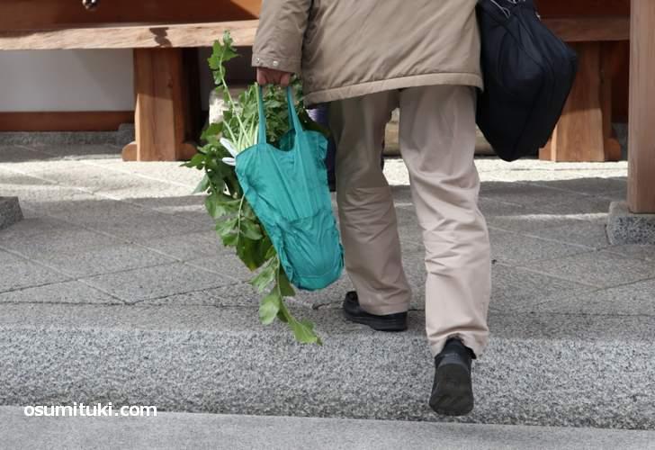 法楽寺の境内では近くの方々が田辺大根を買って帰る姿を多く見ました