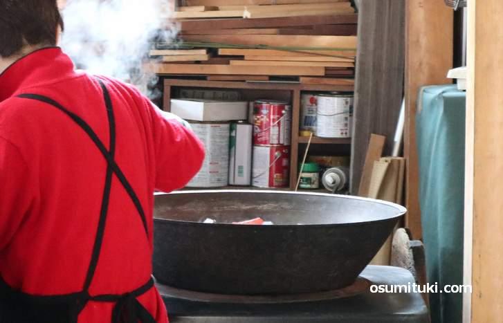 紫金山 法楽寺 で2018年12月28日に行われた「大根炊き」の風景