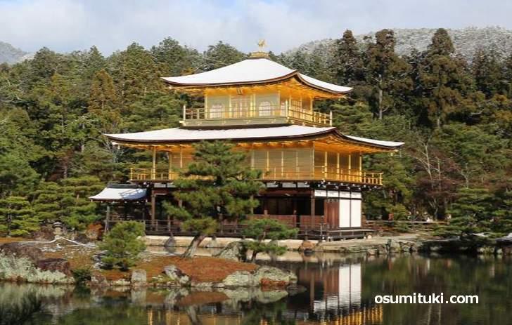 金閣寺も雪化粧になる寒い京都の冬、温泉にでも行きたいですよね