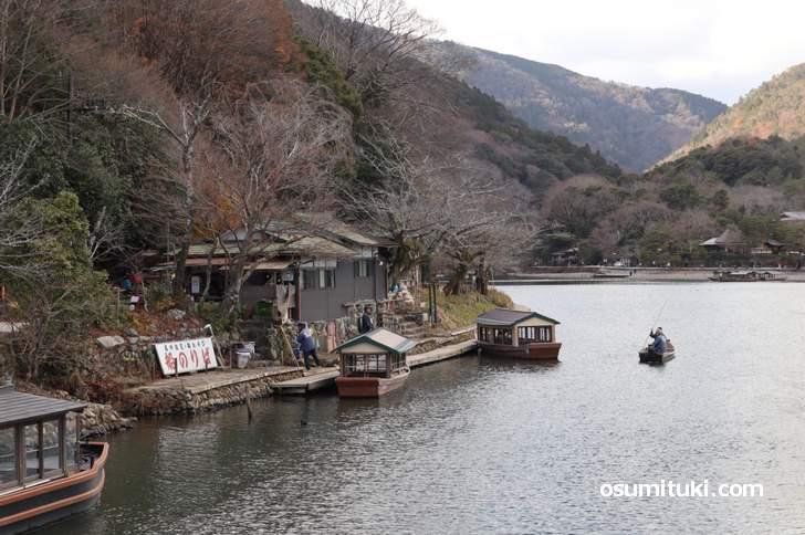 京都の渡月小橋から西を見た風景、嵐山は左側になります