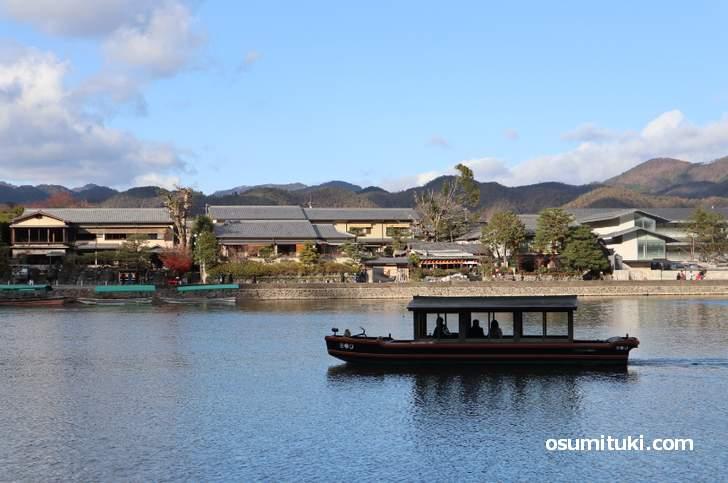 奥嵐山を遊覧する船を見ながら歩きます