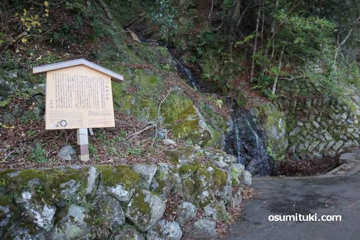 途中にある「戸無瀬の滝」は和歌にも出てくる滝です