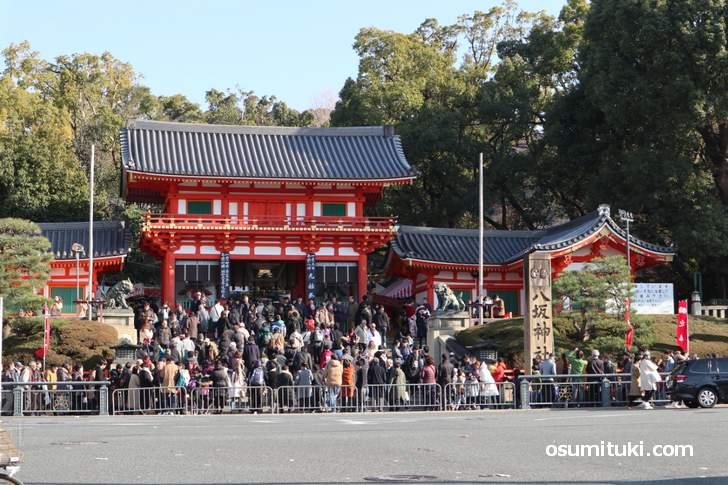 大晦日から四条通は歩行者天国で長蛇の列になる「八坂神社」2019年1月1日撮影