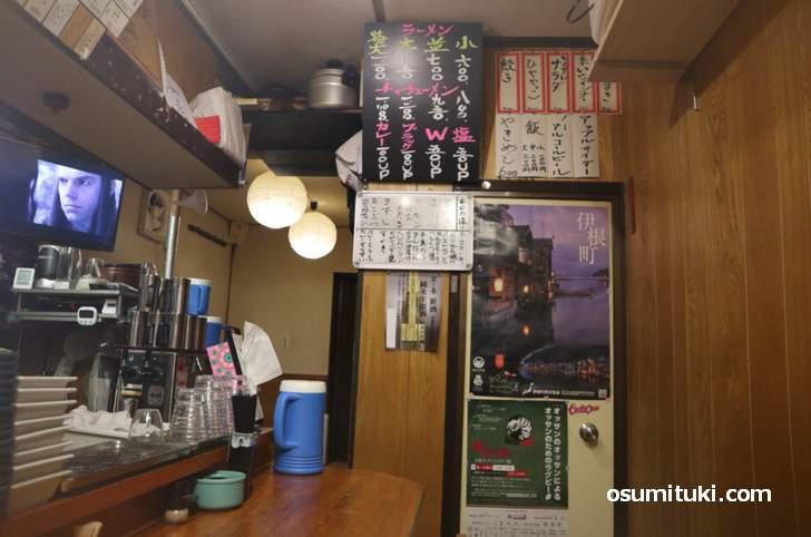 昔ながらの飲み屋さんのような雰囲気でもありラーメン店でもある「美乃ぶ」