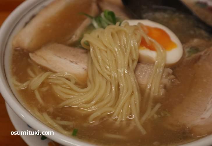 出汁のよくでたスープに、ほんのり甘いタレが美味い(美乃ぶ)