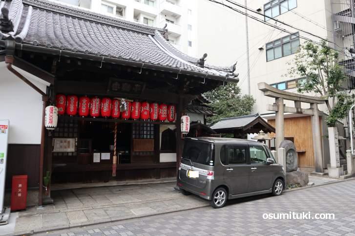道祖神社はJR京都駅から徒歩3分の場所にあります