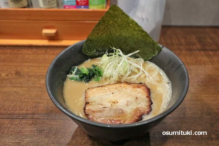 鶏豚骨ラーメン「EAK」750円